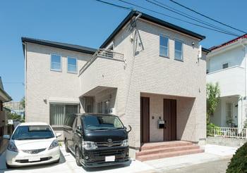 横割りの完全分離型二世帯住宅の外観(玄関)