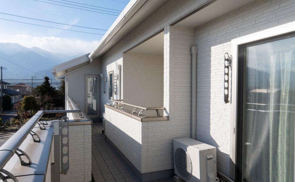 縦割りの完全分離型二世帯住宅の外観(バルコニー)