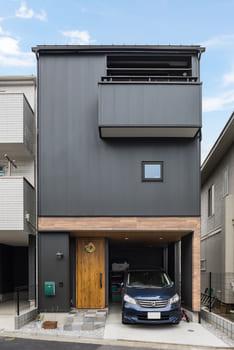 狭小地に建つガレージハウスの外観