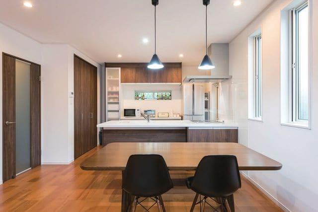縦割りの完全分離型二世帯住宅のダイニングキッチン