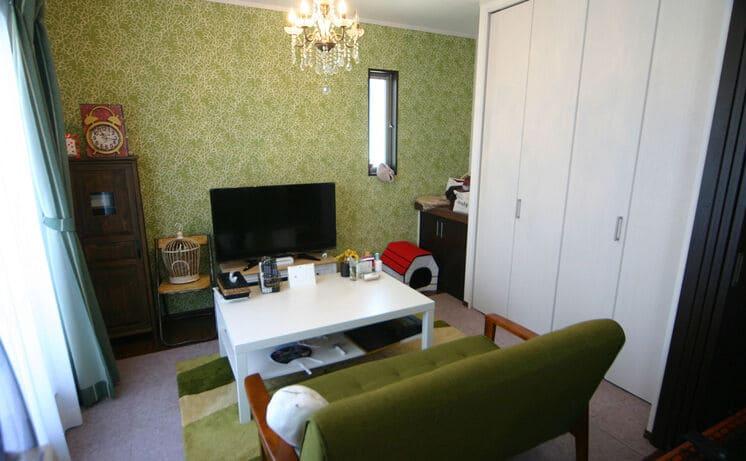 横割りの完全分離型二世帯住宅の洋室