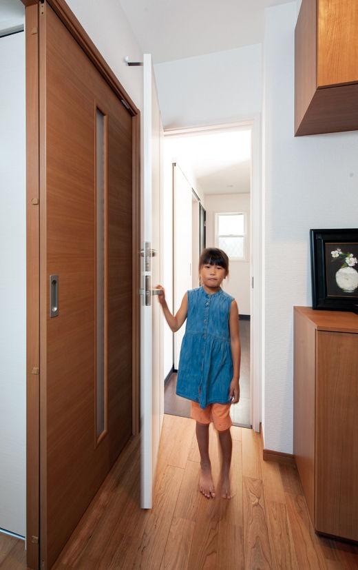 横割りの完全分離型二世帯住宅の1階ホール扉