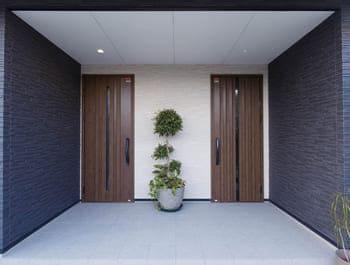 横割りの完全分離型二世帯住宅の玄関
