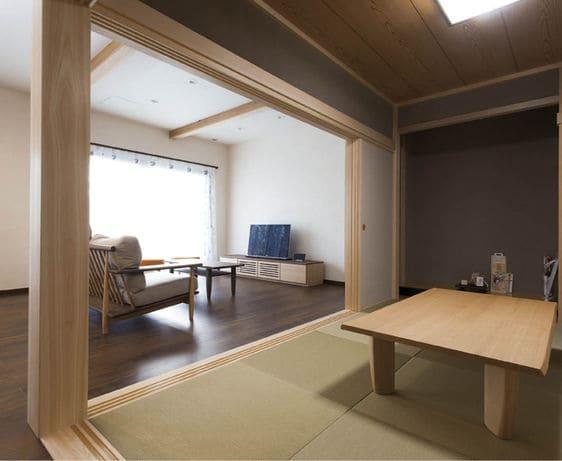 横割りの完全分離型二世帯住宅の和室