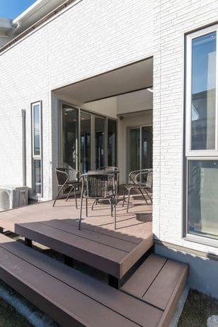 縦割りの完全分離型二世帯住宅のテラス