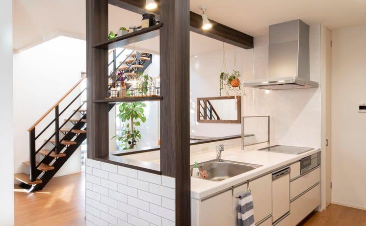 縦割りの完全分離型二世帯住宅のキッチン