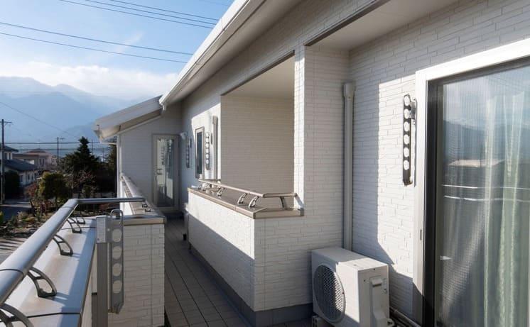 縦割りの完全分離型二世帯住宅のバルコニー