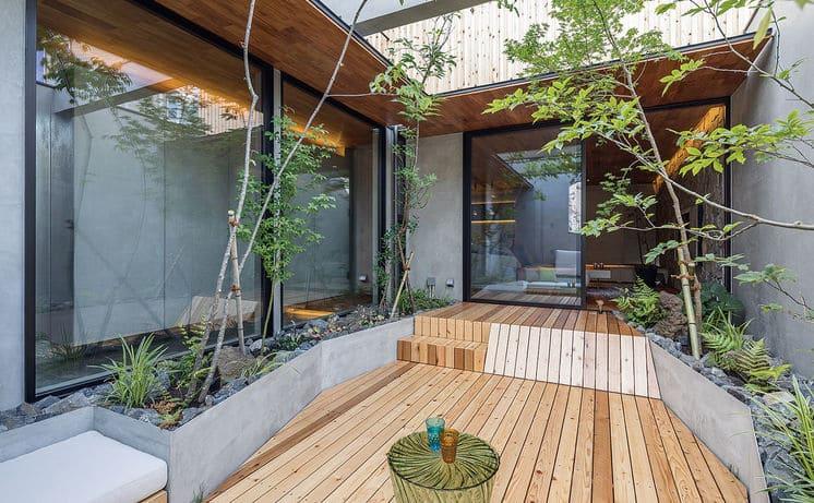 中庭のある家の中庭