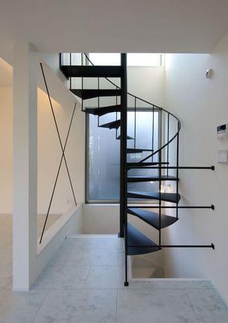 3階建ての家の螺旋階段